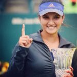 sania-mirza-poses-for-cameras-after-winning-the-trophy-201512-1456813017